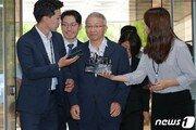 양승태, 보석 후 첫 재판 출석…기자들 질문에 '묵묵부답'