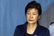 """'국정원 특활비' 朴 전대통령, 2심 징역 5년…""""뇌물 아닌 횡령"""""""