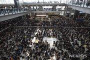 홍콩 공항 재개…다수 항공편 여전히 '취소상태'