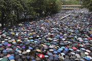 中 무력진압 공포에도…홍콩 시민들 폭우 뚫고 '우산 물결'