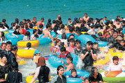 경포해수욕장 폐장… 마지막 피서 즐기는 관광객들