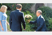 佛 퍼스트레이디에 꽃다발 건네는 푸틴… 마크롱과는 신경전