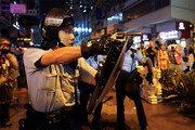 """홍콩경찰, 시위대에 첫 경고사격… 中 """"주둔군, 허수아비 아니다"""""""