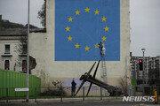 뱅크시 'EU 해체' 작품 지워졌나?…공사용 차단막 설치돼
