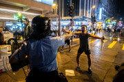 홍콩시위서 맨몸으로 권총과 맞선 '피스톨맨' 등장…'제2의 탱크맨'