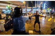 경찰 총에 맨몸으로 맞선 홍콩 시민 천안문 탱크맨 연상시켜