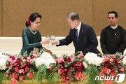 文대통령, 미얀마 네피도에서 양곤으로…아웅산 테러 추모비 방문
