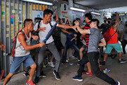 오성홍기 vs 우산… 홍콩서 친중-반중 첫 충돌