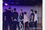 박근혜, '어깨 수술' 병원입원…노출피해 휠체어 이동