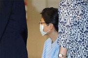 '어깨 수술' 박근혜, 병원비 부담 느꼈나…57평형→30평형 병실로 옮겨