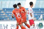 '시즌 9·10호골 폭발' 강원 김지현, K리그1 29라운드 MVP