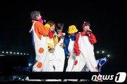 """""""물결치는 흰 풍선"""" H.O.T. 콘서트, 시작…1년만의 완전체"""