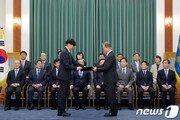 '3자' 보게 생긴 文대통령 지지율…조국 고집하다 국정동력 꺼질판