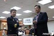 [사설]與의원의 고발장 직접 받으며 사진포즈까지 취해준 경찰청장