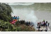 네팔서 정원초과 버스 추락사고…14명 사망 98명 부상