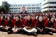 """인도 학생들, 시진핑 얼굴 가면 쓰고 환영 행사…""""기이하다"""" 묘한 분위기"""