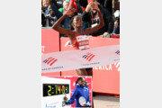여자마라톤 난공불락 '15분 벽' 깼다… 코스게이, 시카고마라톤서 세계기록