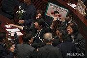 """홍콩 입법회, 야당 반발로 이틀째 파행…행정장관 답변 중 """"히틀러""""고함"""