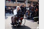 """휠체어 고속버스 환영하지만…장애인들 """"여전히 눈물 난다"""""""