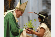 """교황 """"가난한 사람들은 천국의 문지기""""… 위기의 아마존 원주민에 관심 호소"""