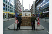 사진 찍어주고 돈 요구…베를린장벽 '체크포인트 찰리' 배우들 사라진다