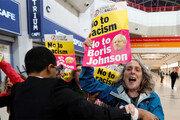 존슨 총리 유세장 앞에서 브렉시트 반대 시위