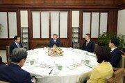 [동아포토]文대통령-여야 5당 대표, 관저서 만찬 회동