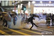 추락사 이어 성폭행설… 긴장 높아지는 홍콩