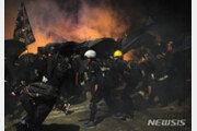 홍콩 경찰, 밤새 실탄·최루탄 '강경진압'…쇼핑몰 등 화염