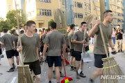中 인민해방군, 홍콩 거리 투입…도로 청소 작업