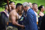 뉴질랜드서 마오리족 전통인사하는 찰스 왕세자