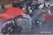 """홍콩 시위대 """"최루탄 맞은 23% 호흡곤란·발진 등 후유증…성분 공개하라"""""""
