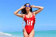 제니퍼 니콜 리, 섹시한 수영복을 입고 몸매 과시