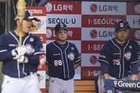 [포토] 김태형 감독 '7회초부터 반격을 시작한다!'