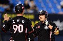 [포토] 윤석민 '투런 홈런으로 역전'