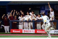 [포토] 박병호의 동점 홈런에 환호하는 넥센!