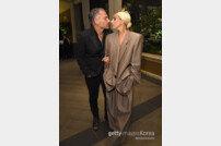 [DA:할리우드] 레이디 가가, 연인 크리스티안 카리노와 약혼 인정