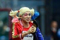 [포토] 할리퀸 분장 김용, 하이힐 들고 달려라