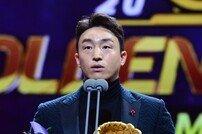 [포토] 훈훈한 손아섭 '사랑의 골든글러브 수상~'