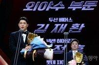 [포토] 김재환 '잊을 수 없는 골든글러브~'