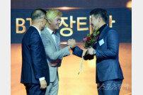 [포토] 허인회 프로 축하받는 김봉섭 프로