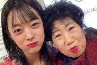 """[DAY컷] """"진짜 감사해요♥""""설리, 유튜버 박막례 할머니와 손녀 케미"""