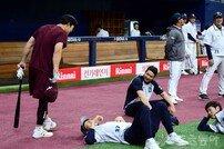[포토] 겁 없는 김하성, 곰 잡으러 어슬렁~
