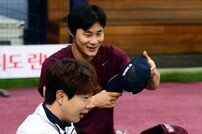 [포토] 김하성-박건우, 모자 트레이드?