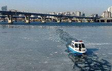 '계속되는 한파'…결빙된 한강 얼음깨는 한강경찰대