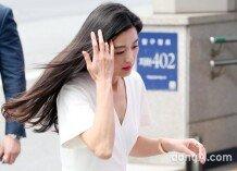 [포토]전지현-전소미, 봄바람에 대처하는 지혜로운 자세