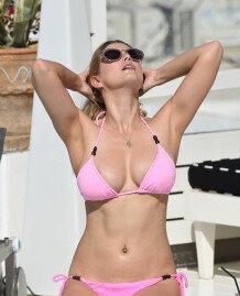 애슐리 제임스, 분홍빛 비키니 속 섹시한 몸매 \