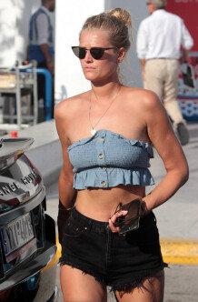 토니 가른, 무결점 몸매 돋보이는 여름 공항 패션