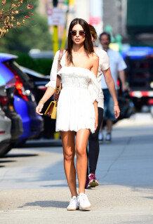 에밀리 라타이코프스키, 매끈한 어깨 드러낸 오프숄더 패션