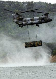 [영상] 육군 3공병여단, 소양호서 도하장비 공중수송 훈련